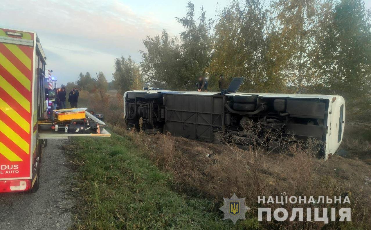 В Полтавской области перевернулся автобус с пассажирами — фото 1