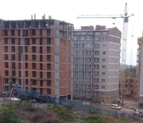 В Черновцах упал строительный кран: есть пострадавший — фото 1