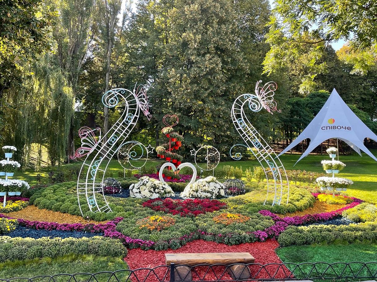В Киеве открылась цветочная выставка про любовь — фото 2