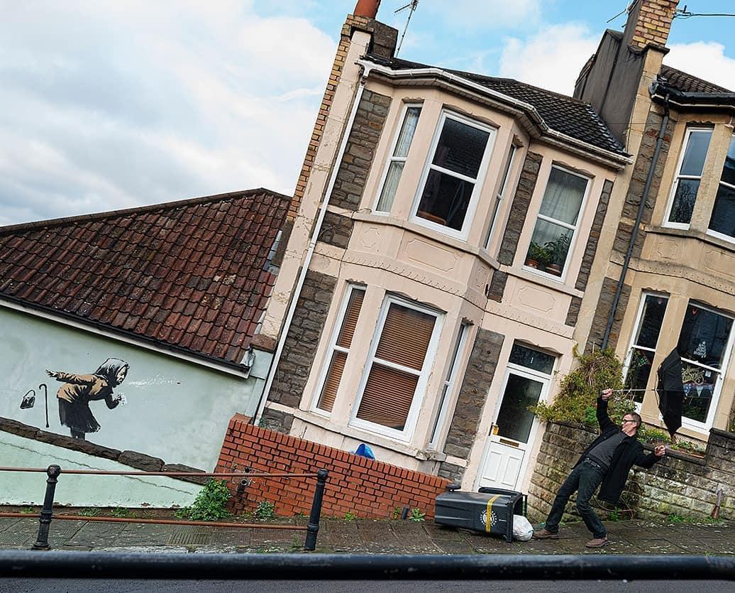 Бэнкси оставил в пригороде Бристоля чихающую старушку  — фото 1