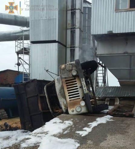 Под Харьковом загорелся грузовик с зерном — фото 1