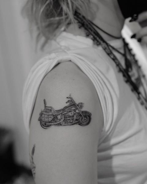 Особая примета: кто из известных людей украсил тело татуировкой — фото 1