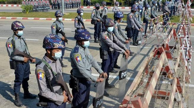 Военный переворот в Мьянме: задержана лидер страны Аун Сан Су Чжи, связь отключена — фото 1