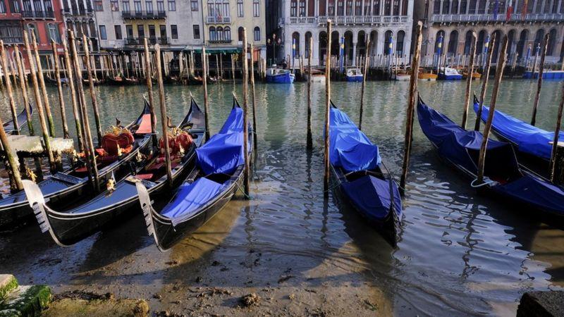 В Венеции пересохли знаменитые каналы - ФОТО — фото 1