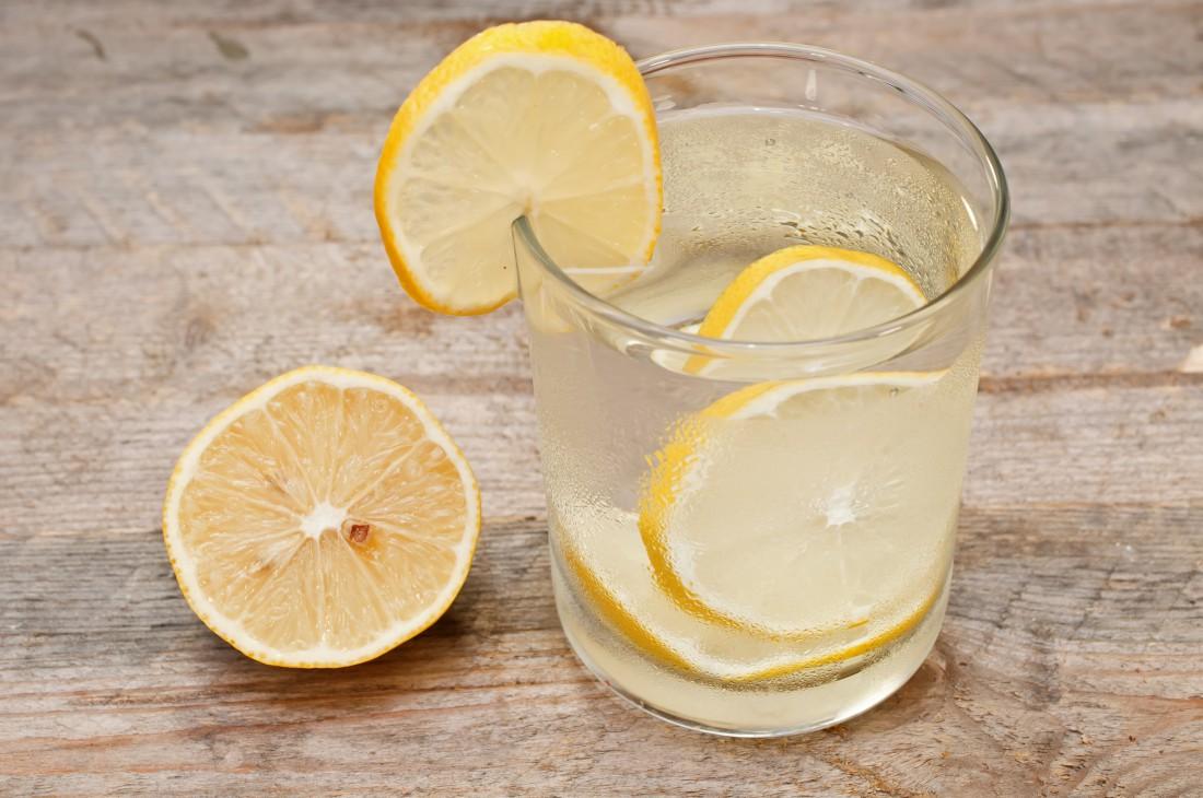 Целебная жидкость: эксперты рассказали о пользе воды с лимоном для нервной системы — фото 1