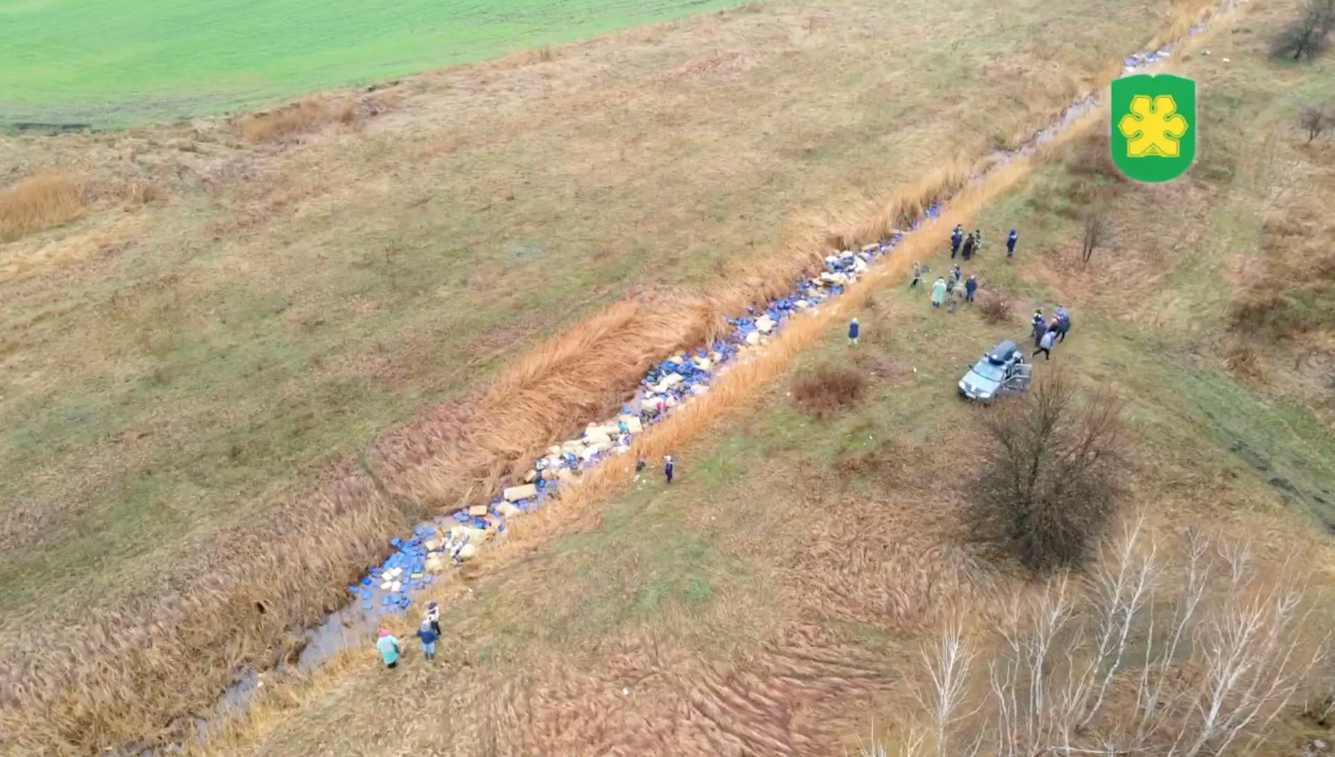 В реку под Киевом сбросили несколько тысяч канистр с химикатами — фото 2