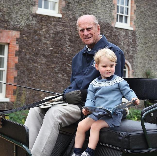 Королевская семья опубликовала снимки с принцем Филиппом, которые ранее никто не видел — фото 2