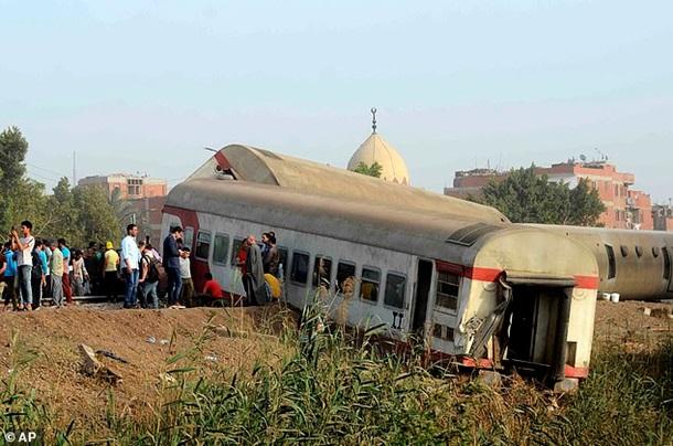 В Египте перевернулся пассажирский поезд: есть жертвы — фото 1
