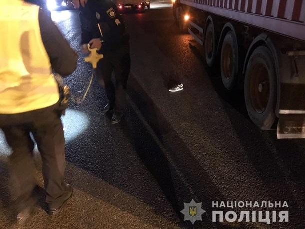 В Харькове два подростка оказались под колесами фуры — фото 1