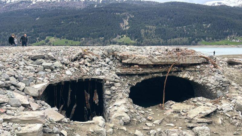В Италии посреди озера появилась затопленная деревня — фото 1
