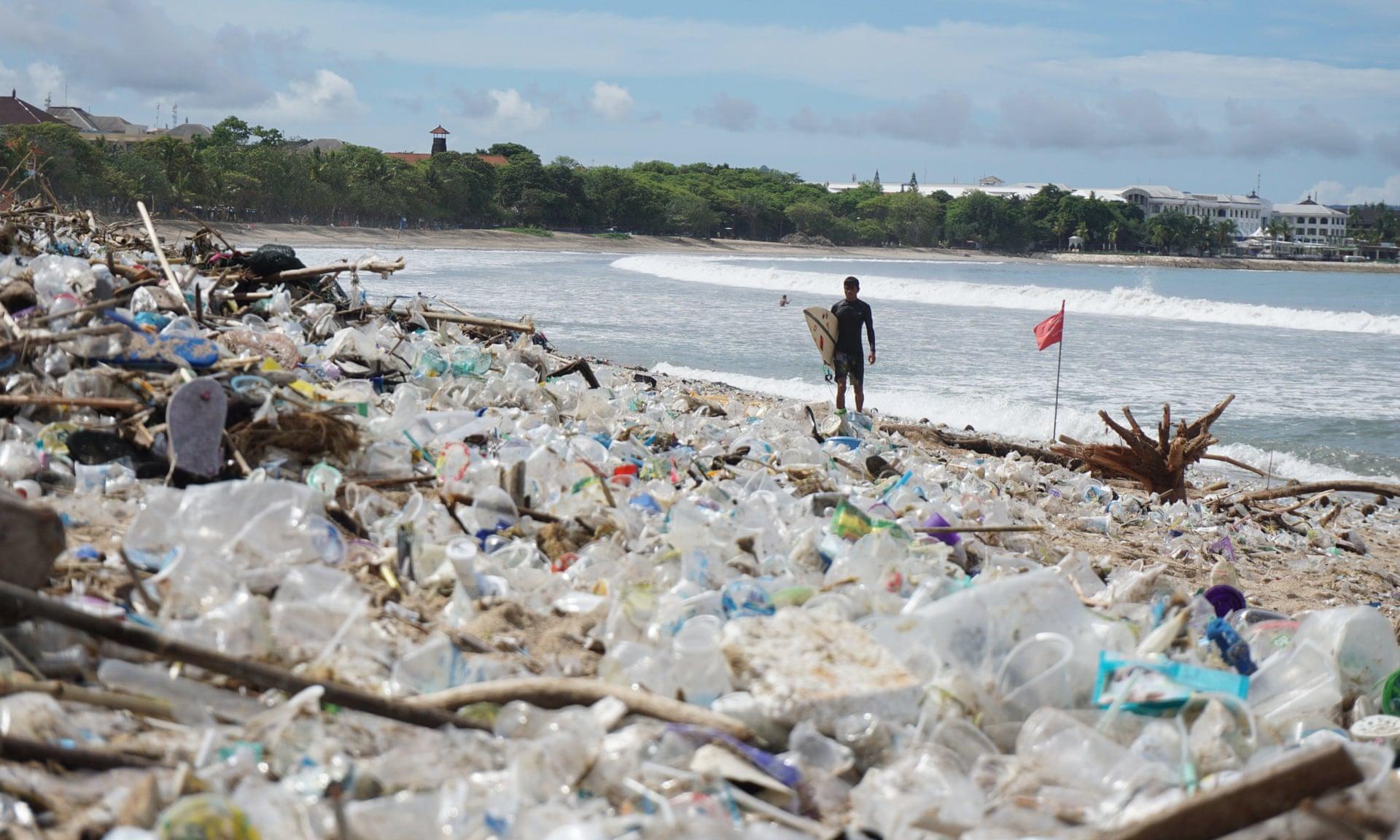 ФОТОФАКТ: популярный пляж Бали после шторма превратился в мусорную свалку — фото 1