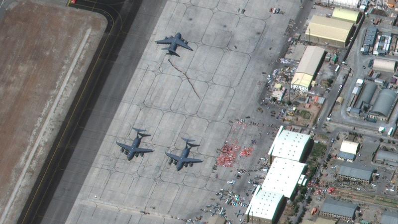 Талибан объявляет о победе на взлетно-посадочной полосе в аэропорту Кабула  — фото 2