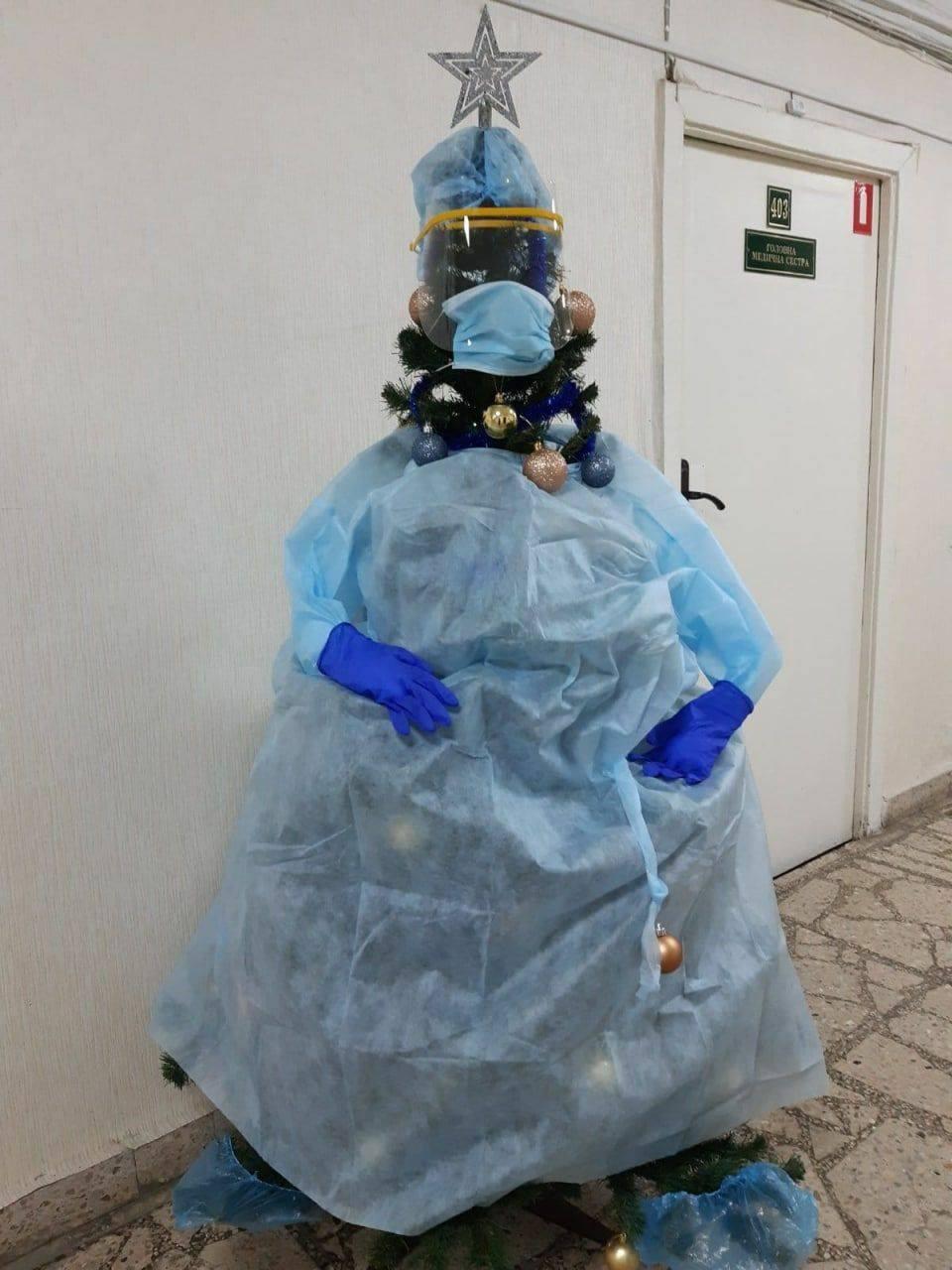 Новогоднюю елку в киевской больнице нарядили в коронавирусный костюм - ФОТОФАКТ — фото 1
